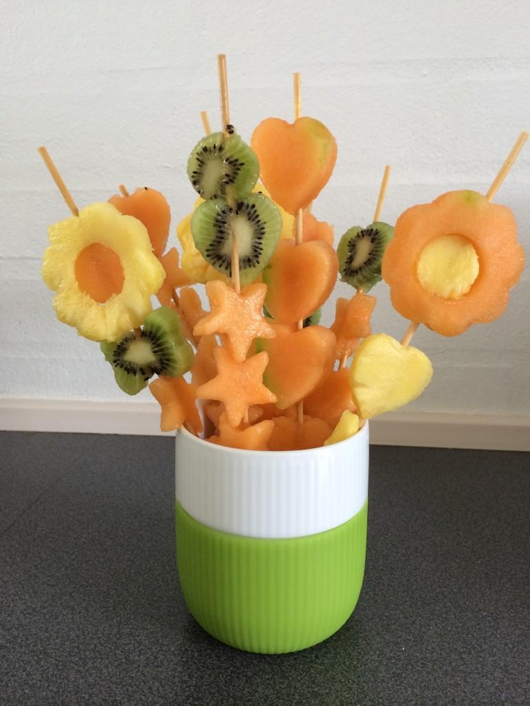 Lækre frugtspyd af kiwi, melon og ananas