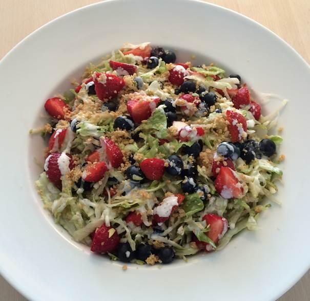 Grøn salat med pære og bær