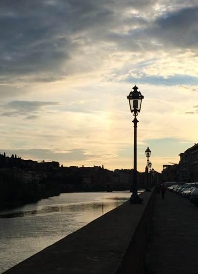 Solnedgang over Arno floden i Firenze